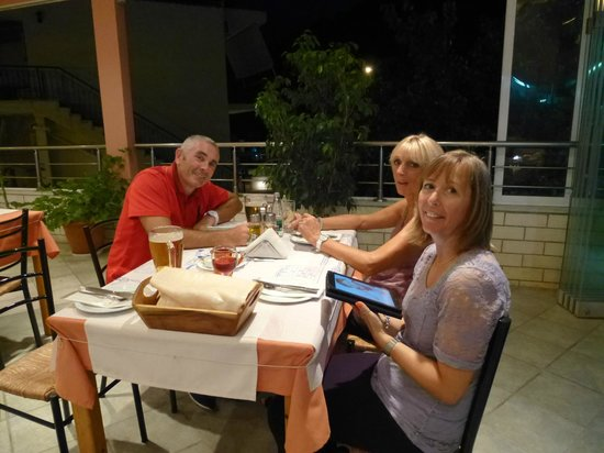dokos taverna: Dining at Dokos is a great pleasure