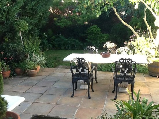 Belvedere Cottages & B&B: Patio at Belvedere Cottage - early morning