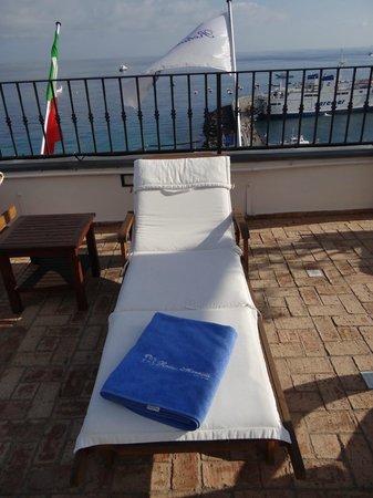 Hotel Relais Maresca: transat sur la terrasse
