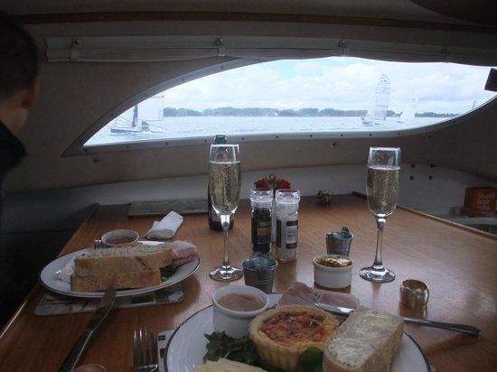 Cafe Cruises: Champagne lunch