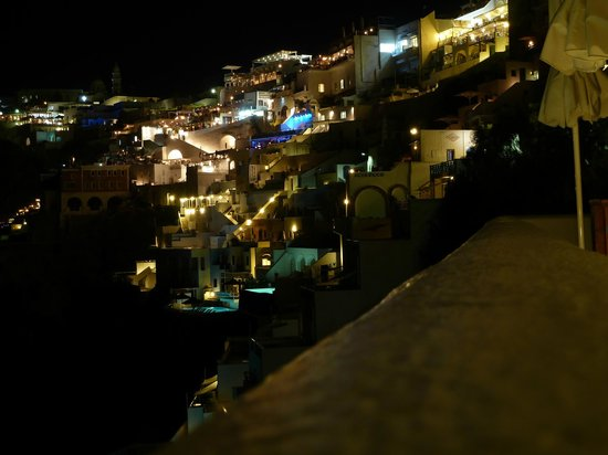 Athina Luxury Suites: No other place has this view at night, perfect location!!