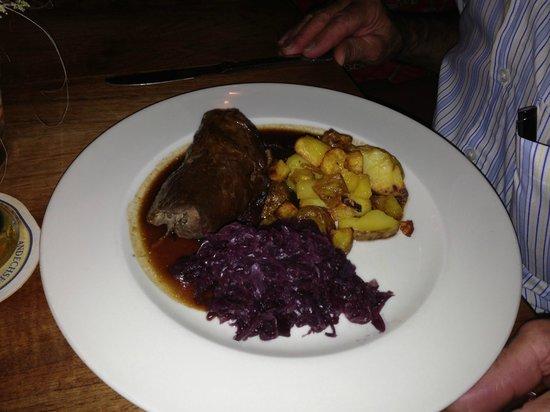 Limburg, Alemania: Rinderroulade mit Rotkohl und Bratkartoffeln