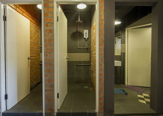 Batu Bata Guesthouse: showers