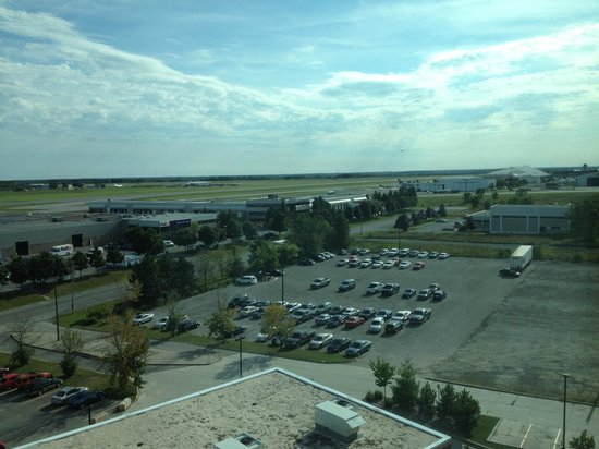 Hilton Garden Inn Ottawa Airport : View of runway from room