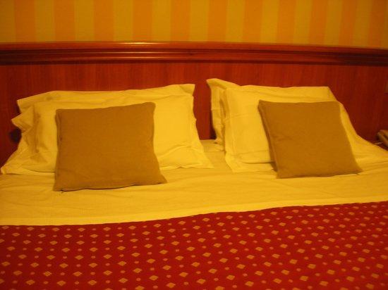 Hotel Ambasciatori: the bed