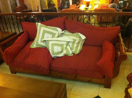 Denia Marriott La Sella Golf Resort & Spa: Reception sofa was tired, and summed up hotels poor standard of repair.