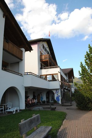 Apart- und Kinderhotel Muchetta: hotel visto dal vialetto d'ingresso