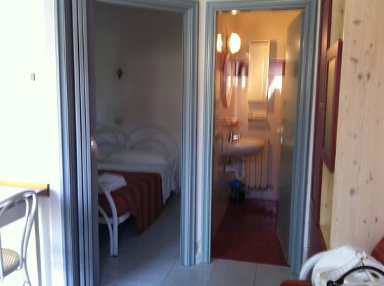 Residence Ranieri : vista camera e bagno