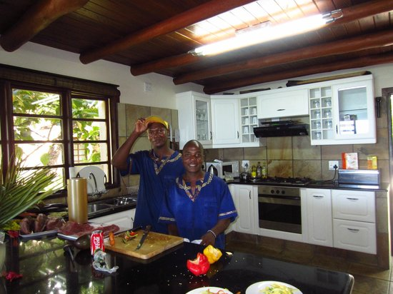 Vila Do Paraiso: Staff/Butlers - making sushi for us