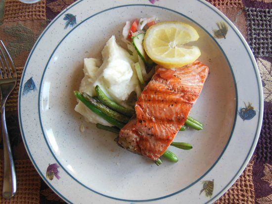 Crooked Creek Retreat: Wonderful salmon dinner!