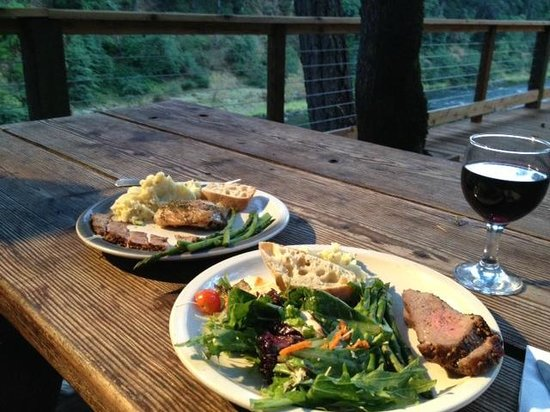 Paradise Lodge: Dinner this evenning was tri tip, grilled asparagus, salad, mashed taters with cheese, and a cab
