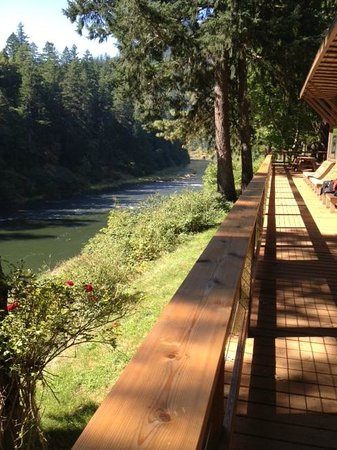 Paradise Lodge: Front of lodge that overlooks the Rogue River..