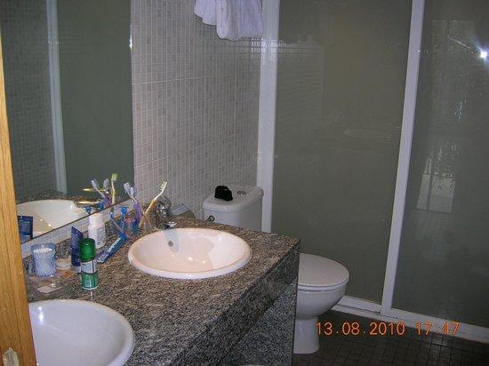 Hotel Condestable : Doppia doccia e doppio lavandino