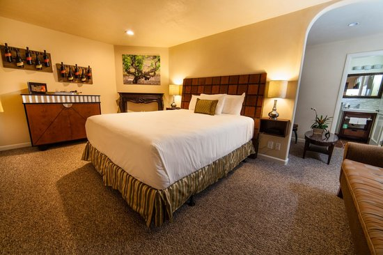 Vendange Carmel Inn & Suites: Twisted Roots King Suite Room