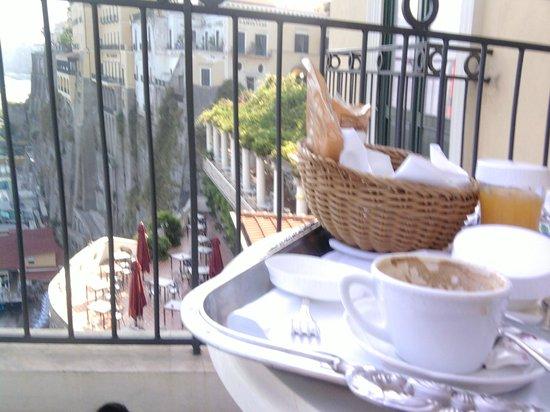 Bellevue Syrene: colazione servita sul terrazzo della camera