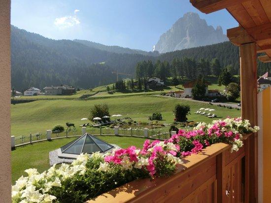 Granvara Relais & Spa Hotel: Blick über die Balkonblumen auf den Langkofel