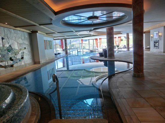 Granvara Relais & Spa Hotel: Innenpool mit Verbindung zum Panorama-Aussenpool