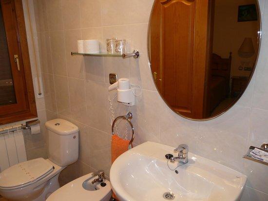 Hostal Rural Casa Castro: Baño de una habitación doble.