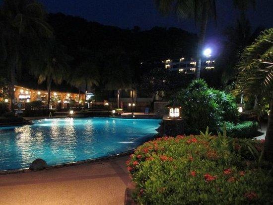 Diamond Cliff Resort and Spa: 夜の(朝食利用ビュッフェレストラン脇)プールサイド