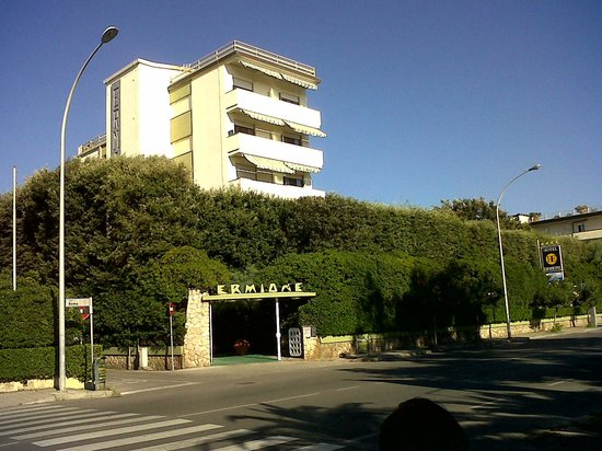 Hotel Ermione: Hotel from the street