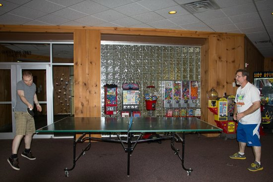 Shawnee Lodge and Conference Center: The Family Arcade/Recreation Room (ping pong, arcade games, air hockey)