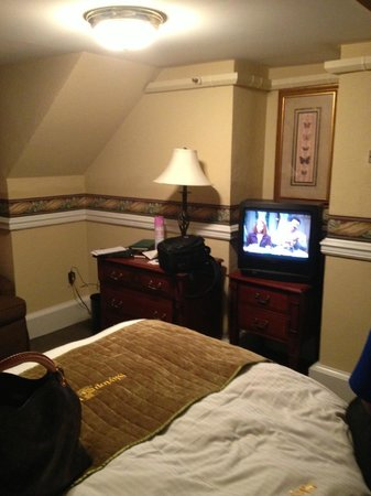 Skytop Lodge: Shoebox room with '90s college dorm tv