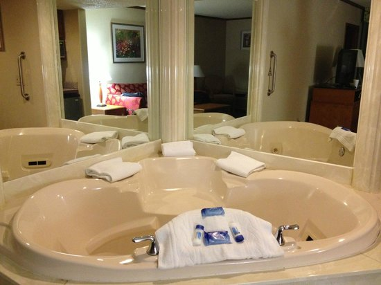 Baymont Inn & Suites Canton: the in-room hot tub