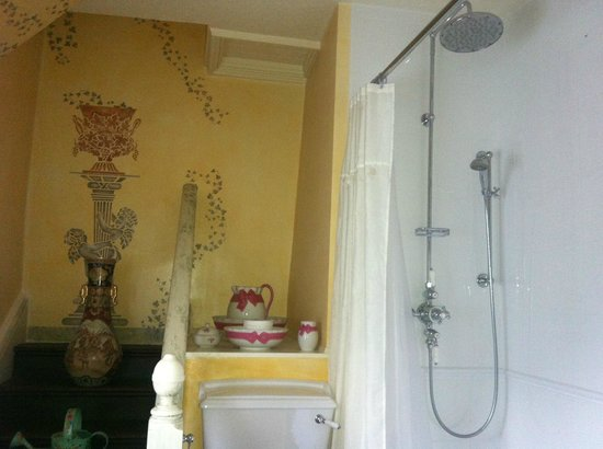 Uphill Manor: Old fashioned bathroom with all modern comforts