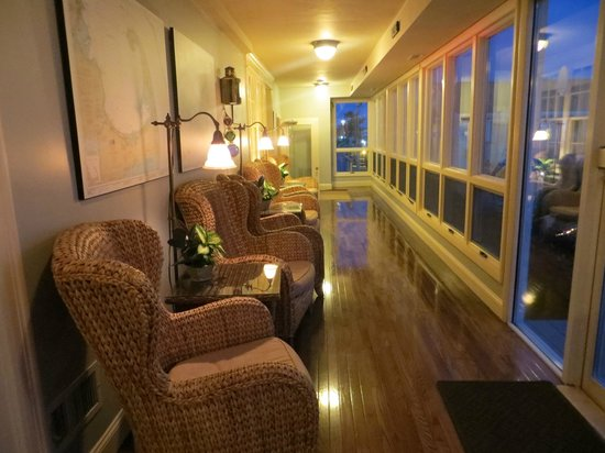 Anchor In Hotel : Sitting area overlooking Hyannis Harbor