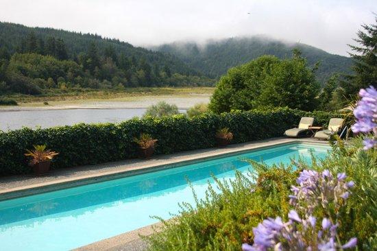 Tu Tu Tun Lodge: Pool with view of river