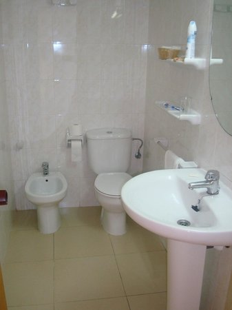 Invisa Hotel Es Pla: Spacious bathroom
