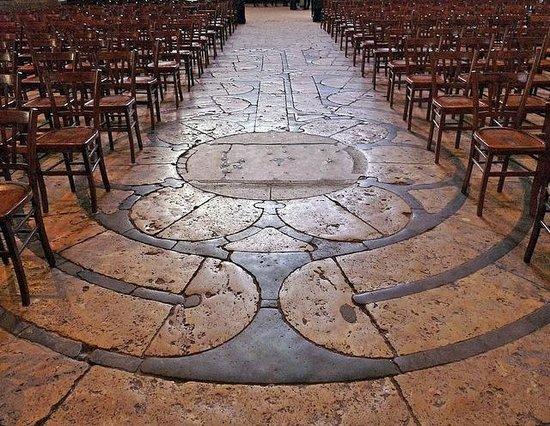 Tour de la Cathédrale de Chartres : El laberinto interior de la catedral. Difícil de localizar.