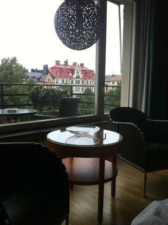 Hotel Rival : Sitzecke mit Balkon davor