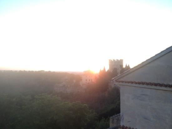 anochece viendo el alcazar con un gin-tonics en la terraza del hotel Don Felipe