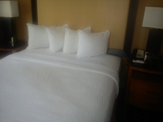 Residence Inn Atlanta Downtown: a lovely bed, never slept so well in a hotel bed before