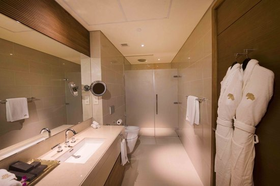 Jannah Eastern Mangroves Suites: Amazing bathroom with a large walk in shower
