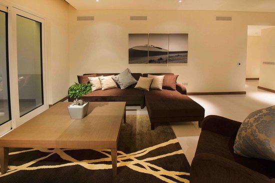 Jannah Eastern Mangroves Suites: Large modern living space with very comfortable seating