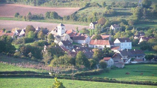 Domaine de Morlay : Vue sur le village en bas de la colline