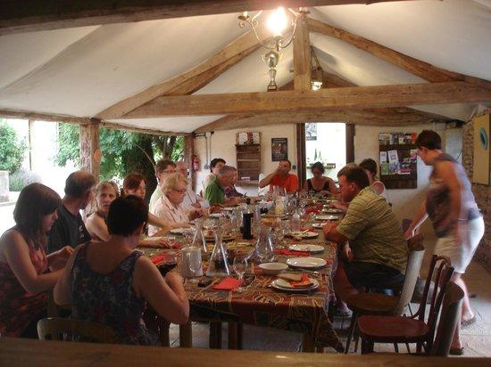 Saint-Ythaire, France: Table d'hôtes sous l'auvent à la belle saison