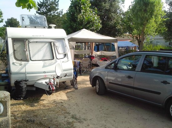 Camping Les Genets : Car stuck in our faces and no room for the awning which we paid for ...