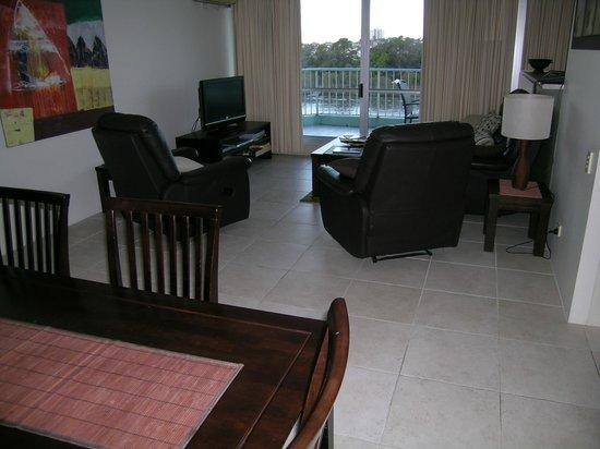 Fairthorpe Apartments: Lounge view of apartment