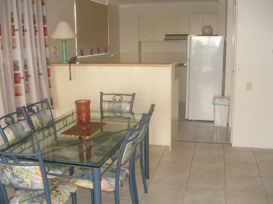 Fairthorpe Apartments: Dining looking into kitchen