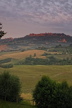 Agriturismo Villa Mazzi: View of Montepulciano at dusk from Villa Mazzi