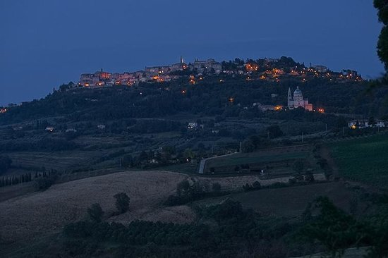Agriturismo Villa Mazzi: View of Montepulciano at night from Villa Mazzi