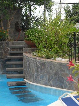 Villa Adriana Guesthouse Sorrento: Escalier de la piscine menant vers la petite terrasse.