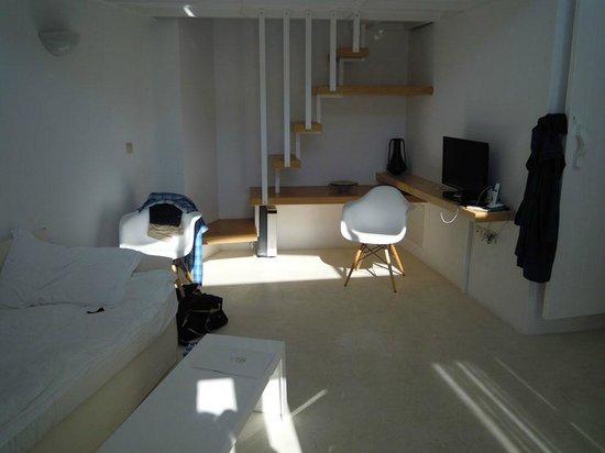Stefani Suites : Suite Air - zona giorno con scala d'accesso al soppalco