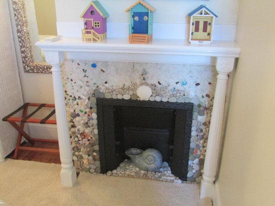931 Beach Guest House: Bay Meadow Fireplace