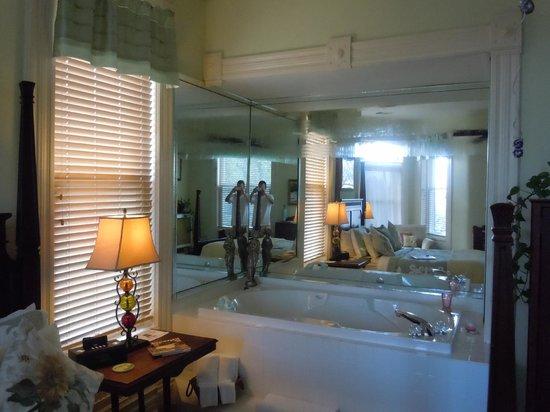 1890 Williams House Inn: Turret Suite--bedroom hot tub