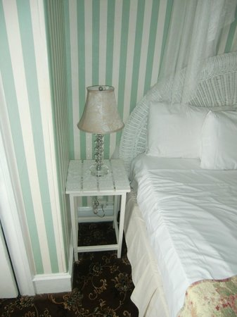 Hotel Macomber: cute end table