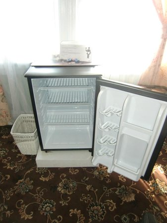 Hotel Macomber: fridge wont freeze